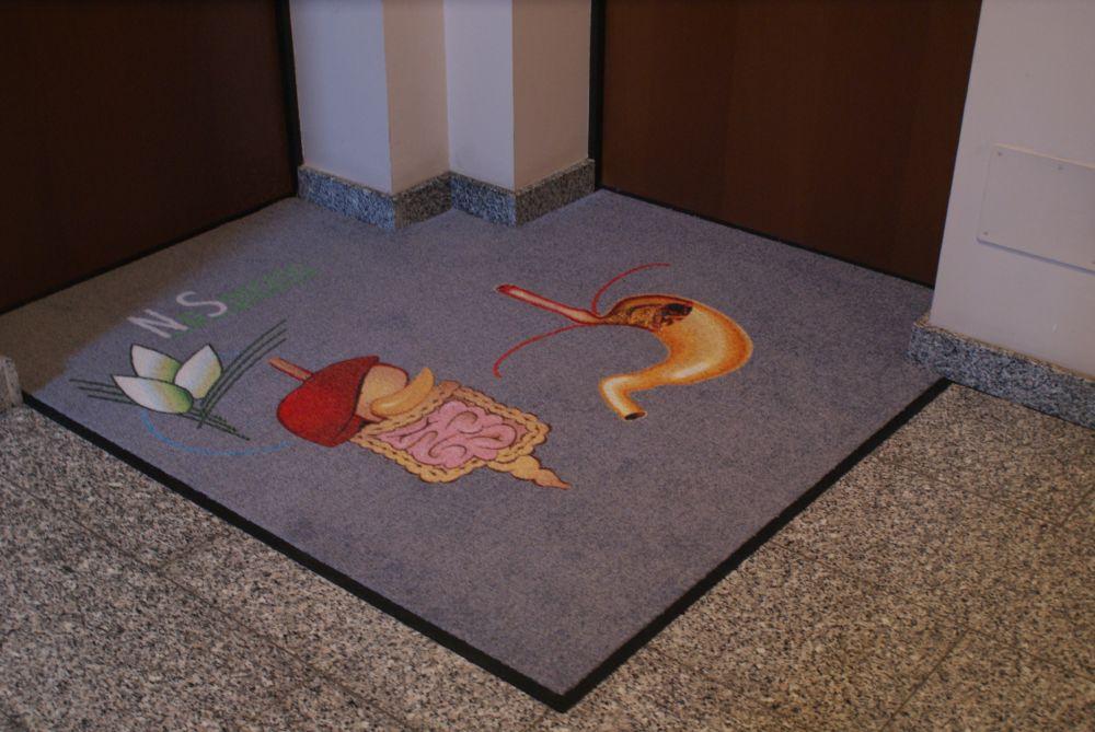 tappeto articolo asciugapass personalizzato a stampa sagomato da posizionare davanti alla porta di uno studio (2)