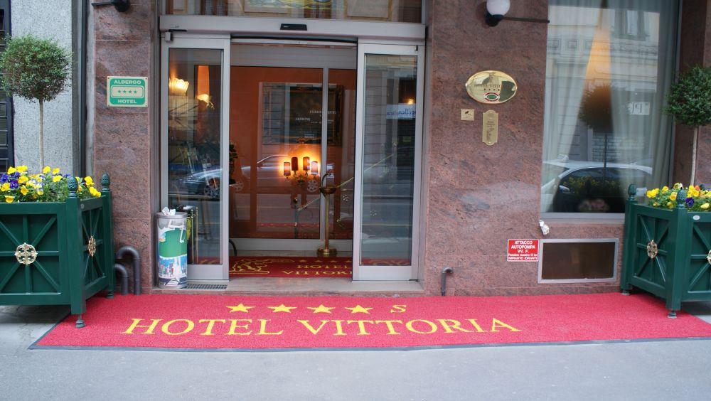 zerbino cernusco 1702 colore rosso con rampa antinciampo personalizzato ad intarsio con scritta hotel vittoria (cliente class) (5)
