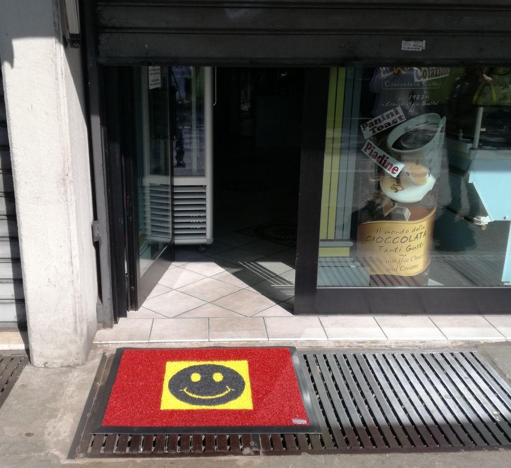 zerbino ricciolo vinilico personalizzato ad intarsio con smile per entrata negozio panetteria pasticceria