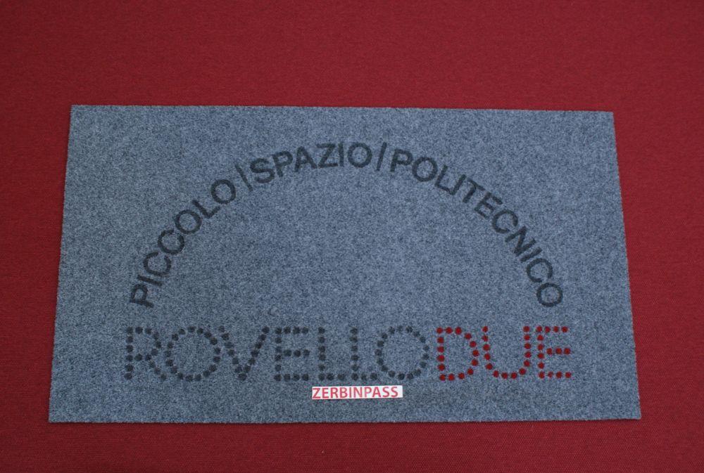 zerbino sintetico articolo 355C grigio chiaro personalizzato ad intarsio piccolo spazio politecnico rovello due colori 352 rosso + 355A grigio scuro