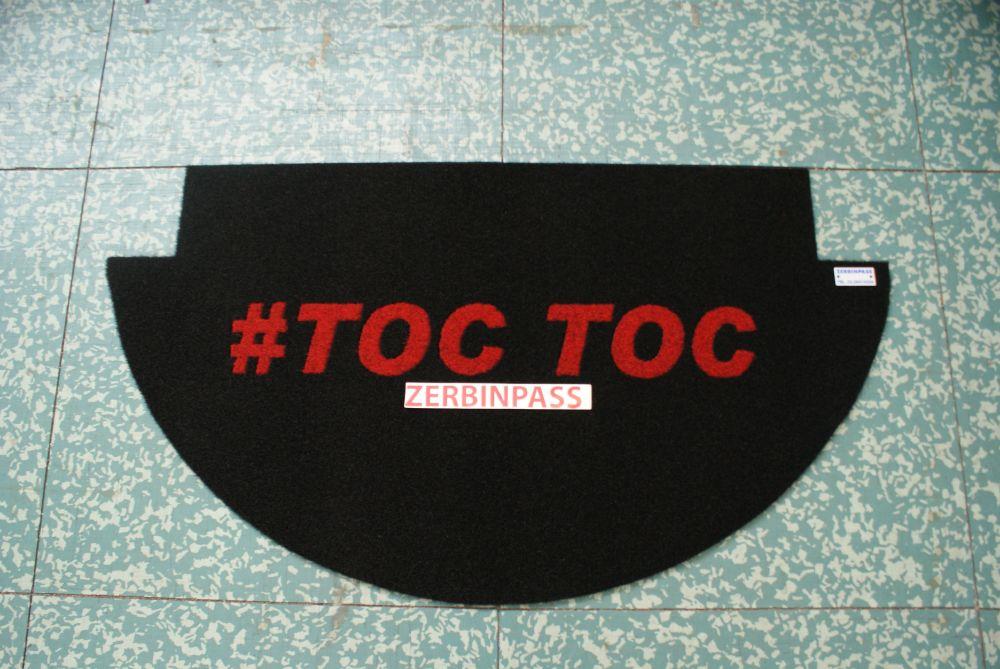 zerbino sintetico articolo 356 nero personalizzato ad intarsio #toc toc colore 352 rosso per appartamento