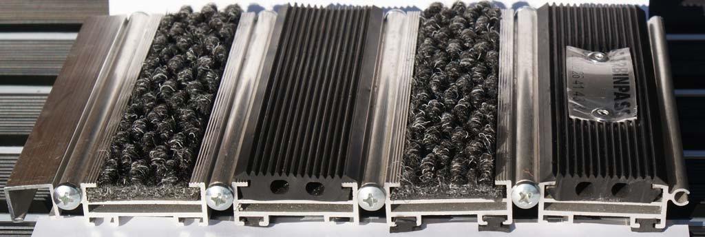 Zerbino in alluminio con inserti gomma nera e agugliato