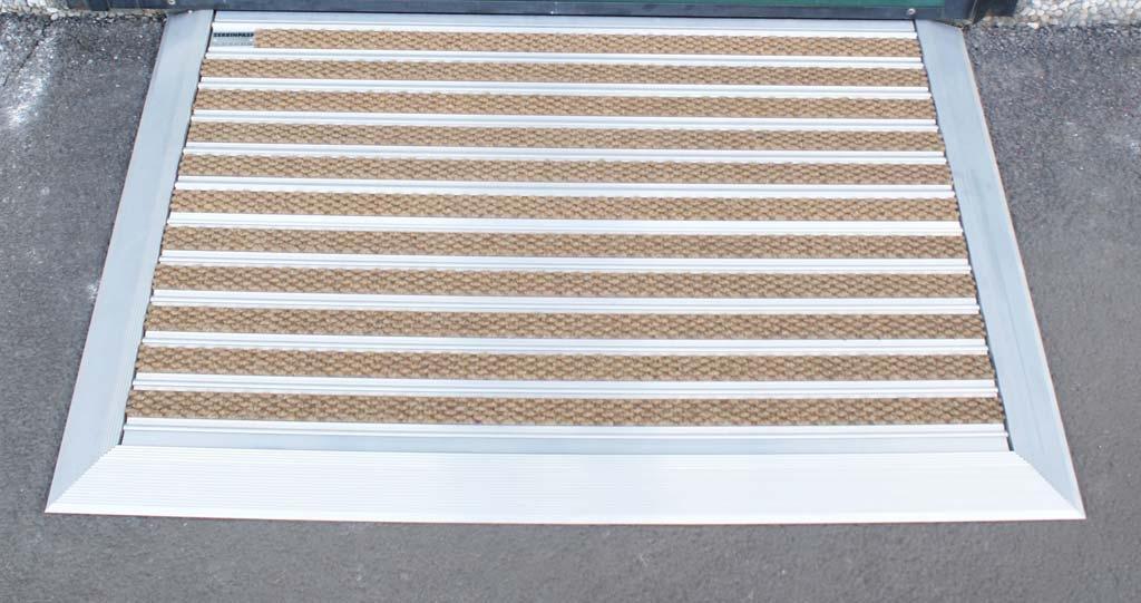 Zerbino in alluminio con inserti solo agugliato e rampa in alluminio