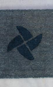 Zerbino in cocco articolo 105 grigio personalizzato ad intarsio con logo del cliente colore 107 blu