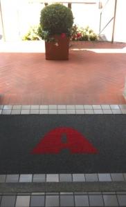 tappeto ricciolo vinilico art. 1705A grigio scuro plus personalizzato ad intarsio con lettera A colore rosso (3)