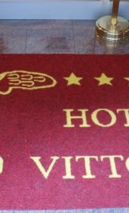 zerbino articolo mantova colore rosso personalizzato con logo alata + scritta hotel vittoria colore giallo (cliente class) (1)