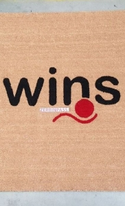 zerbino in cocco 101 naturale personalizzato ad intarsio con logo wins - posato in zona via solari