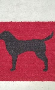 zerbino in cocco bordeaux personalizzato ad intarsio con cane labrador colore nero per appartamento