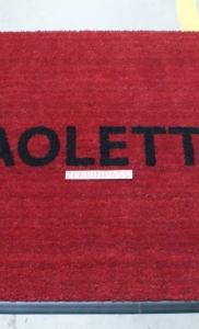 zerbino in cocco rosso con rampa antinciampo in gomma nera solo su un lato e personalizzazione ad intarsio paoletta colore nero (1)