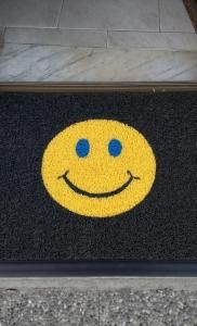 zerbino ricciolo vinilico personalizzato ad intarsio con smile per entrata appartamento condominio (2)