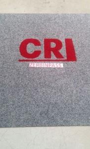 zerbino sintetico 355c grigio chiaro personalizzato ad intarsio cri colore 352 rosso