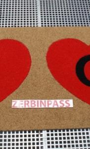 zerbino sintetico articolo 351 beige personalizzato ad intarsio con cuori colroe rosso e iniziali colore nero