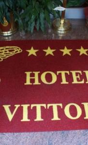 zerbino sintetico articolo 352 colore rosso personalizzazione logo alata + scitta hotel vittoria colore giallo (class sas) (3)