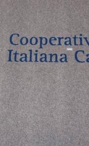 zerbino sintetico articolo 355 grigio chiaro personalizzato ad intarsio con il logo della cooperativa italiana catering