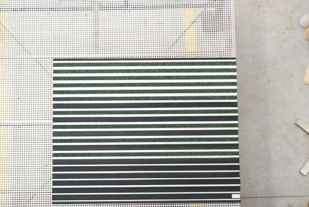 zerbino tecnico in alluminio zerbinstop spessore 20mm. con inserti alternati in gomma nera e agugliato verde